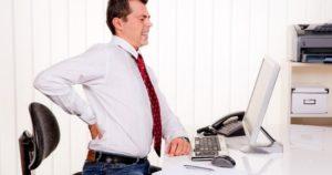 """mal di schiena rappresentato nel lavoro """"da scrivania"""""""